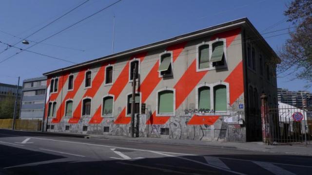 wallpainting_rayures_rouges_diagonales_façade